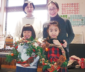 家族で飾り作りを体験