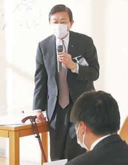 あいさつする山田学長