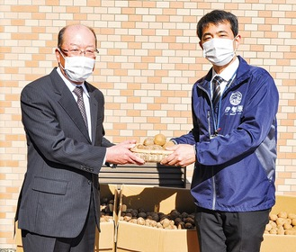野菜を寄贈した石川農場長(写真左)