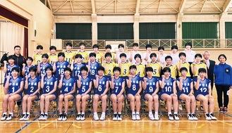 伊勢原高校女子バレーボール部の選手ら(提供写真)