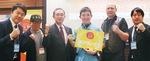 受賞を喜ぶ石田さん(中央右)と関係者ら