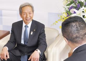 インタビューに応じる高山市長