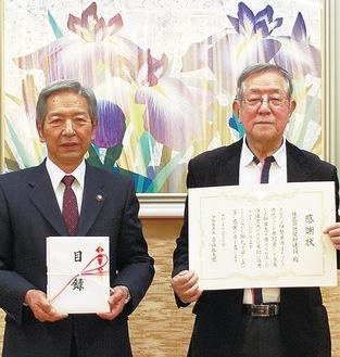 寄付を行った関野義一さん(右)。高山市長からは感謝状が贈られた