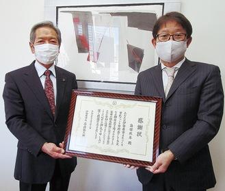 感謝状を受け取る島田CEO(右)