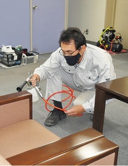 溶剤を塗布する田中代表取締役