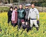 菜の花を植栽した渡会さん(右)と仲間たち=2月19日に撮影
