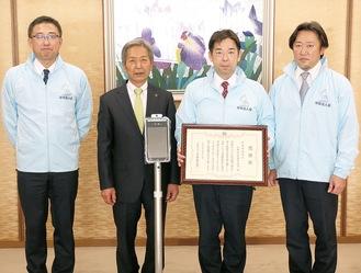 高山市長(左から2番目)に体温検知器を届けた青年部会の役員ら=2月22日、市長公室