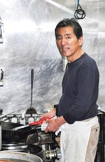 厨房で鍋を振る沙さん