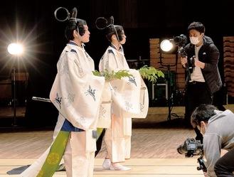 倭舞を披露した小林さん(手前)と青木さん