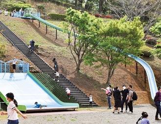 ロング滑り台やワイド滑り台が設置された「子どもの広場」