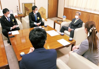 高山市長(右)と意見交換を行う、神奈川ブロック協議会坂倉会長(中央)ら関係者