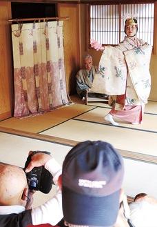 写真愛好家らを前に、松鈴庵の座敷で『羽衣』を舞う垣澤さんと、謡を担当した相原さん