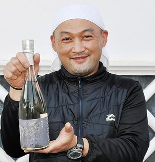 「雨降純米吟醸」を手にする杜氏の水野さん
