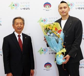 花束を受け取る塩浦選手(右)と高山市長