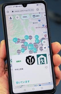 避難所の開設状況や空き状況をスマートフォンに表示=7月3日の避難所開設時に撮影