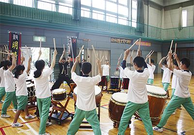 若者が音楽の出張授業