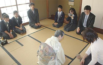 生徒が茶道を体験