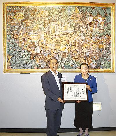 文化会館にバリ島絵画