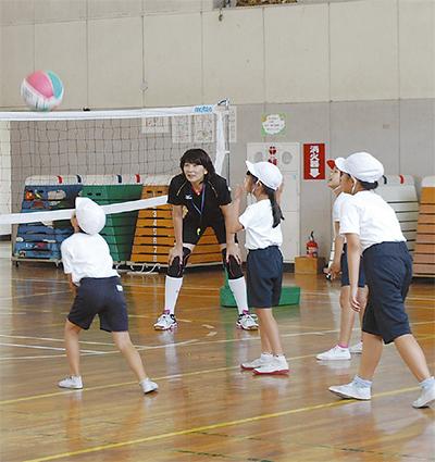 バレーボールの楽しさ学ぶ