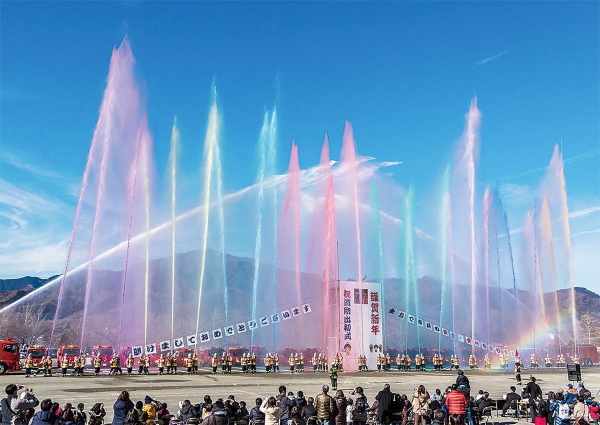 新春彩る8色の放水