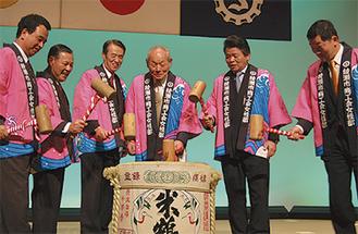 齋藤会長(右から3人目)らが鏡開きを行なった