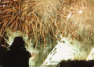 花火に歓声が湧く中、部員は各自の任務に徹していた