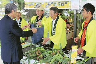 横浜市中区の「シルクセンター」での販売では笠間市長もPR
