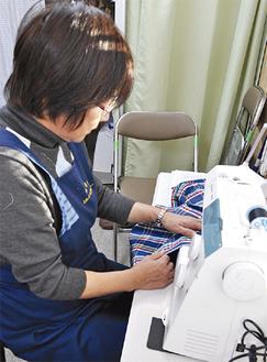 洋服直しの専門の会社で働いていた板子和子さん(64)