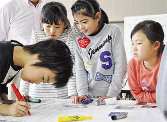 模造紙に活動をまとめる児童