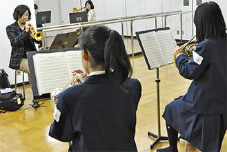 金管を指導する赤塚氏(奥)