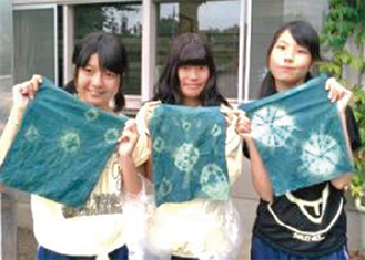 藍染を体験した学生(写真は昨年)