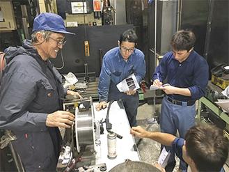 若手に技術を伝える大場会長(左)
