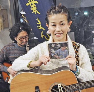 新作アルバムを手に笑顔を見せる大光寺さん