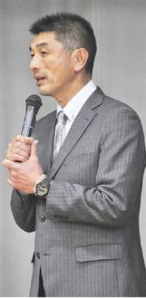 生徒の前で講演する荒井監督
