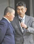 緊張気味に答える小松原さん(左)