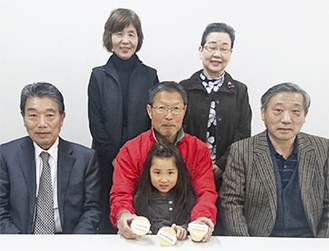 鈴木社長(前列中央)と名産品会会員