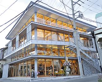 地域に馴染めるよう開放感あふれるデザインと木造建築で設計