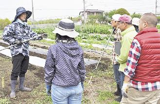 講師の内田さん(左)が指導
