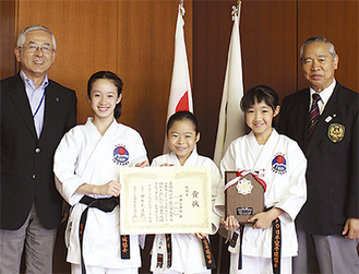 受賞を報告する山本さん(中央)、植村さん(中央右)、池田さん(中央左)