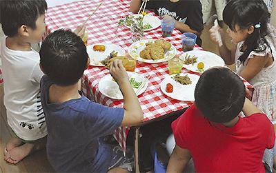 集まった子ども同士でわいわい食事