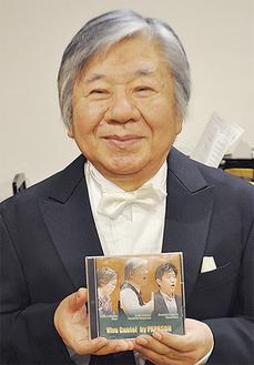 完成したCDを手に笑顔の内村さん