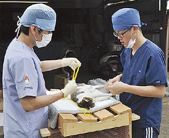 施術する小松院長(右)