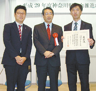 神奈川赤十字血液センターの藤崎清道所長と青年部の下田部長(右)、諏訪信忠副部長(左)