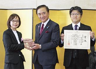 県知事(中央)から賞状贈呈