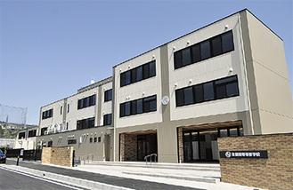 小園に完成した新校舎