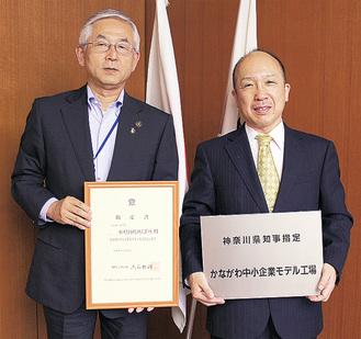 市長に報告する松村社長(右)