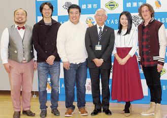 (左から)アホマイルド坂本さん、渋谷監督、堤下さん、古塩市長、川村さん、チャド・マレーンさん