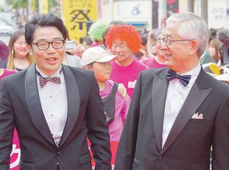 市長と並び歩く鈴木拓さん(写真:神崎まこと)
