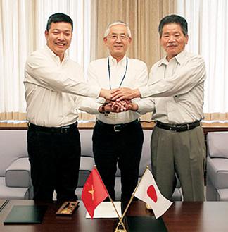 右から笠間茂治綾瀬市商工会長、古塩政由市長、ハイフォン社のグエン・スアン・トゥェン会長