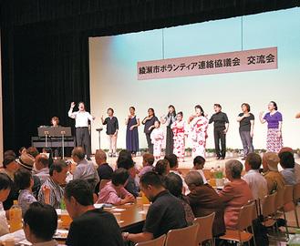 合唱を楽しむ参加者